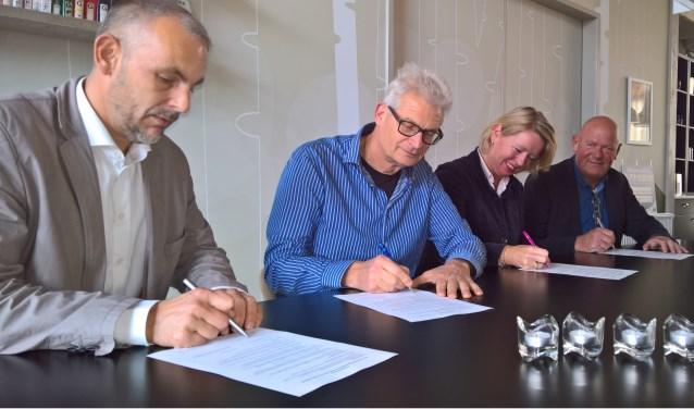 Roy Severein (Marga Klompé), Roel Beunk (Raad van Overleg), wethouder Patricia Hoytink-Roubos en Henk Meulenkamp (ProWonen) zetten hun krabbel onder de verklaring.