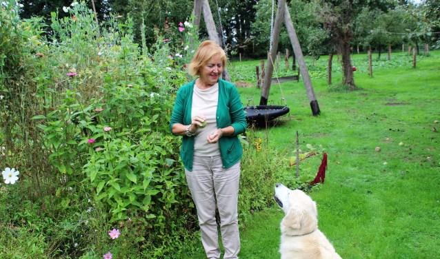 Burgerraadslid Marianne Frijlink thuis met Kees, vernoemd naar de vorige eigenaar van de monumentale boerderij De Plakke. Foto Dick Baas
