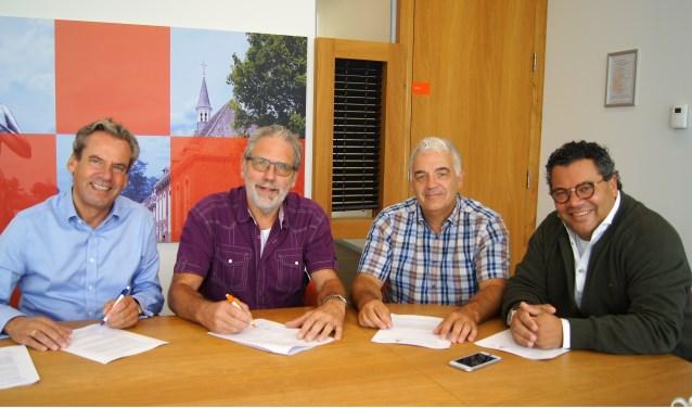 De samenwerking tussen alle partijen werd bezegeld met een handtekening (eigen foto).