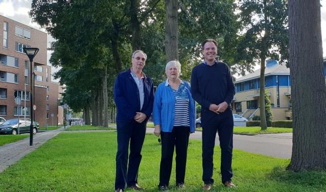 De heer Roskam, mevrouw Ravensbergen en de heer Veraart zijn tegen de voorgenomen kap van 11 gezonde bomen die door een externe commissie is geadviseerd. Foto: Robbert Roos