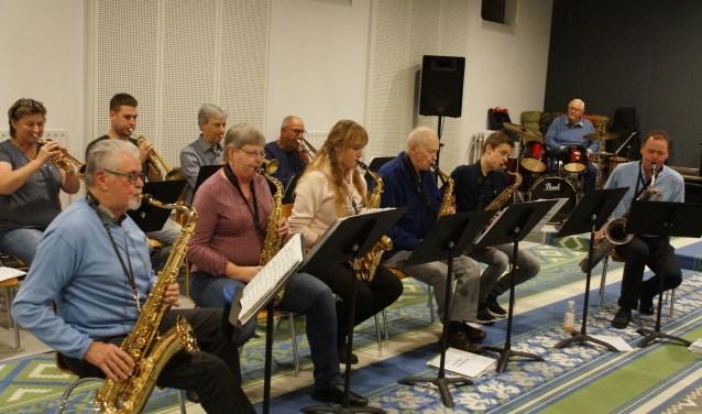 De Klooster Big Band staat sinds dit seizoen onder leiding van veelzijdig docent Casper Dik, uiterst rechts.