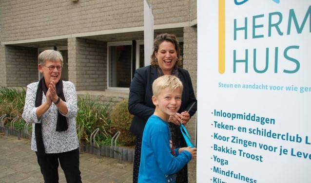 Bezoeker Bart opent de nieuwe locatie van het Toon Hermans Huis Ede samen met wethouder Vreugdenhil