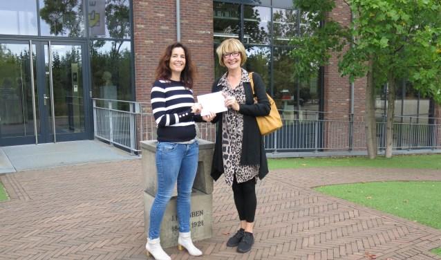 Angelique Peppinck overhandigt de cheque aan Ineke Rolf van de Havenmuzikanten (eigen foto).