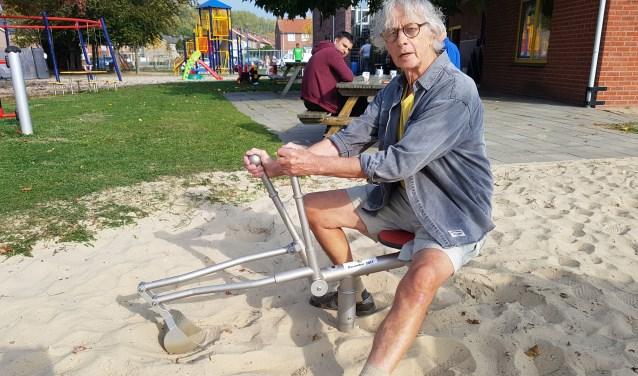 Natuurlijk moest de gulle gever nog wel even op de sand digger plaatsnemen.
