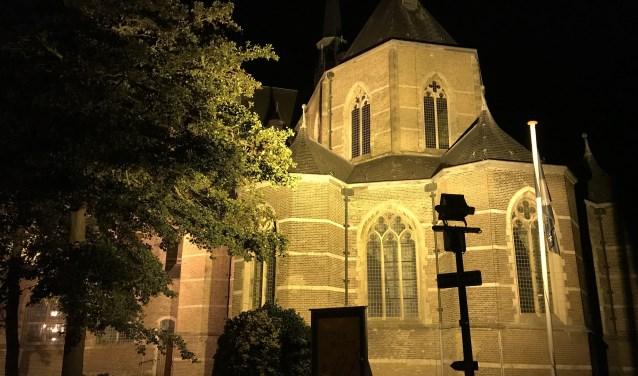 De gemeente werkt mee aan het plan door in overleg met het Bestuur van de Grote Kerk de verlichting uit te schakelen. FOTO: Stadsraad Brouwershaven
