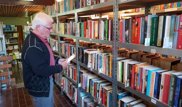 In de boekenhoek van de Hoeksteen (de Snuffelcorner) aan het K.E. Plantsoen is een ruime keuze aan boeken. (Foto: Henk Jansen)