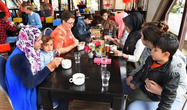 Een vorige editie van 'Meet and Eat' in het Borchuus Varsseveld. (foto: Roel Kleinpenning)