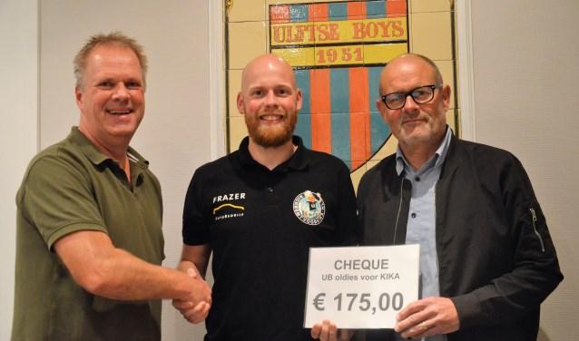 Marco Gebbinck (l) en Ben ten Broek (r) bieden Rick Kleinhesselink 175 euro aan voor KiKa en wensen hem veel scucces in de marathon van New York