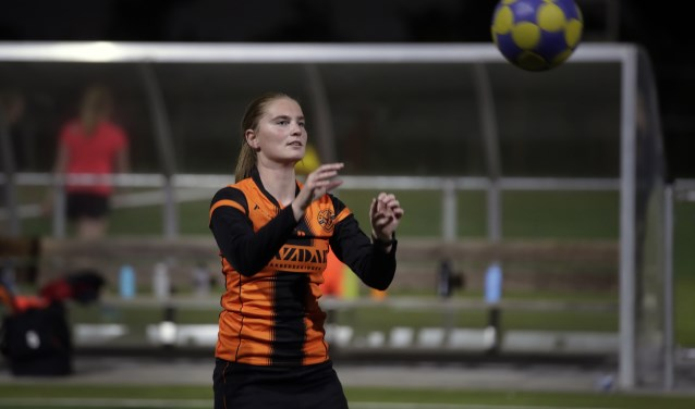 Lisette Mikkers geconcentreerd in actie op de training van Vitesse.