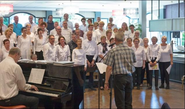 Het gospelkoor Reach Out is al ruim een jaar op het voorbereiden op het jubileumconcert dat plaatsvindt op zaterdag 10 november.