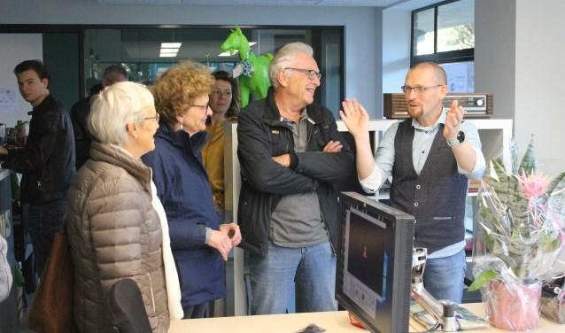 Architect Rinke ter Haar (rechts) gaf informatie aan de bezoekers van het open huis aan Hofstraat 20, Aalten