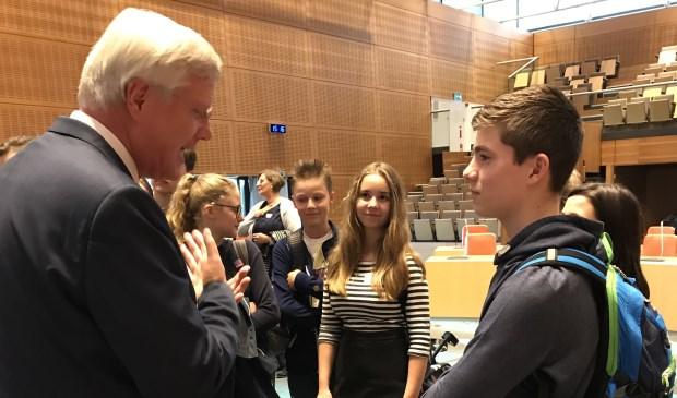 Andries Heidema in gesprek met scholieren.