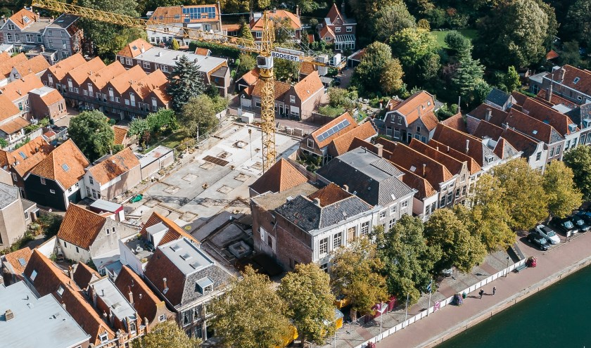 De torenkraan van Bouwbedrijf Boogert prijkt al een paar weken statig boven de binnenstad. FOTO: PR