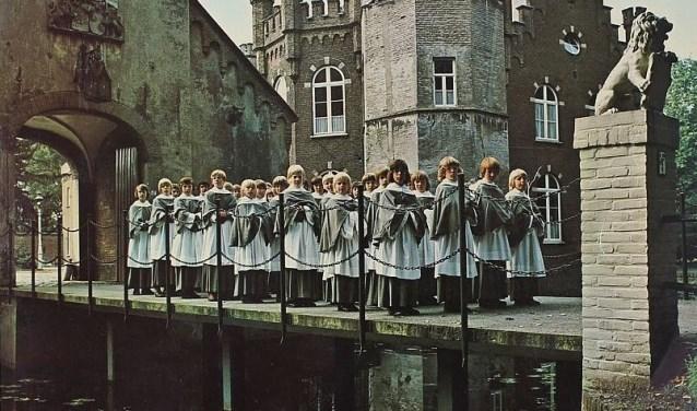 Het jongenskoor voor kasteel Stapelen in de jaren '50.