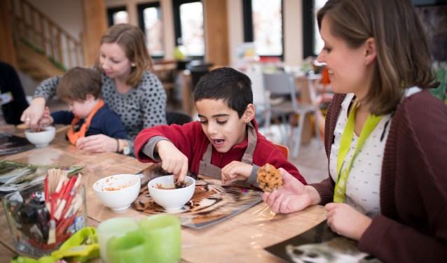 kinderen bakken koekjes tijdens Onky Donky Dag