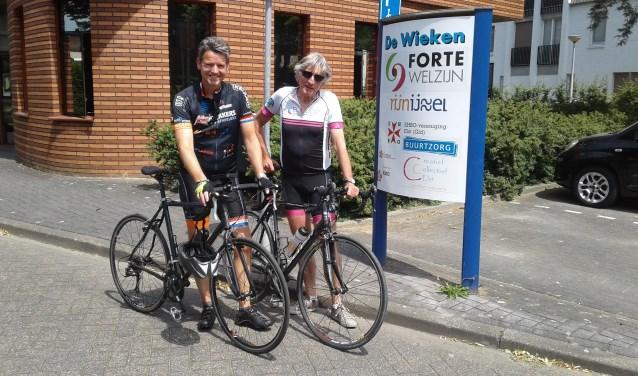 Lucien Peeters en Ruud Geerts maakten samen twee fietstochten langs verschillende plekken van Forte Welzijn. (foto: Hannie Schrijver)