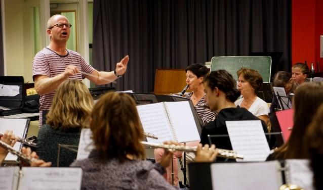 Harry Godtschalk repeteert met de Boxmeersche Harmonie voor het Maestroconcert. (foto: Tom Oosthout)