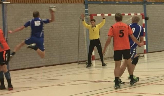 Dirk Berentsen scoort één van zijn vele doelpunten.