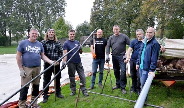 De opbouwploeg van de STAM-tent kon donderdagavond aan de slag met de nieuwe en gecertificeerde palen (Foto: Paul van den Dungen)