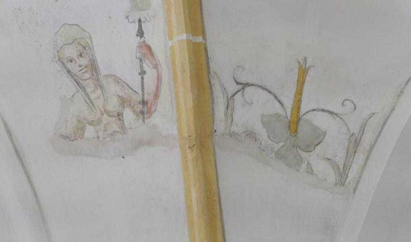 Een van de figuratieve fresco's, die nu in de restauratiefase zitten, getuige de reparaties, die over enige tijd onzichtbaar zijn.