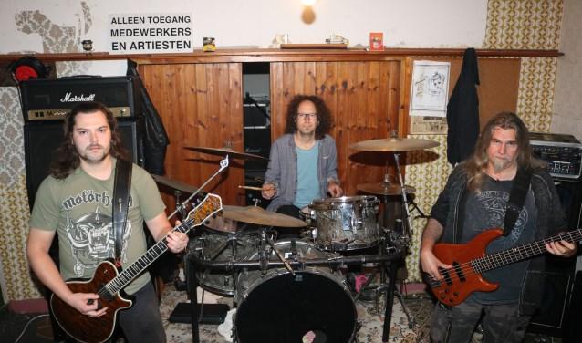 Vunzing in hun oefenruimte. V.l.n.r. Daniël Wansink, Jean L'Amie en Harry Kettelarij. (Foto: Arjen Dieperink)