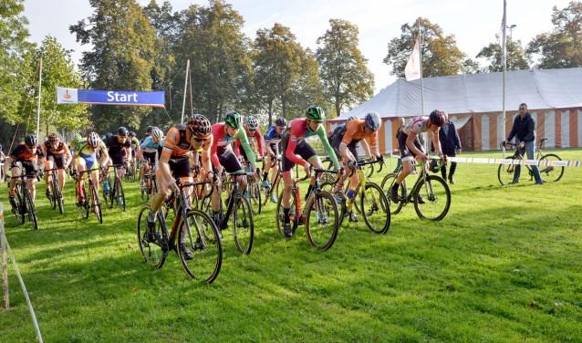 Start van de Amateurs / Sportklasse tijdens de 10 editie van de Rabo Veldrit (Foto: Paul van den Dungen)