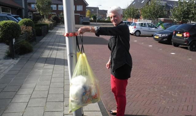 Het is confronterend om te zien hoeveel plastic we wekelijks aan de kroonringen hangen. Foto Kees van Rongen