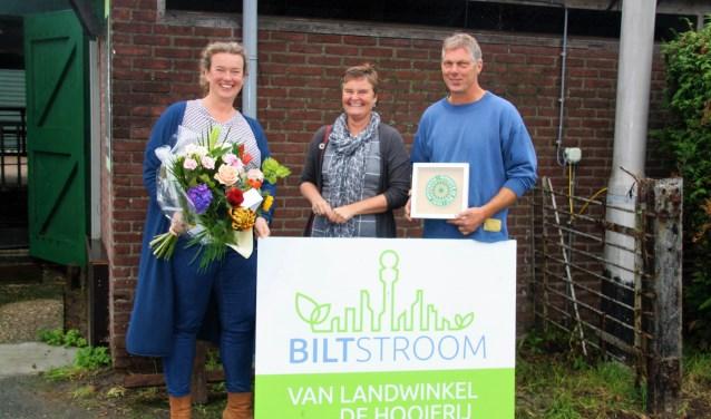 Martine Wismeijer en Dirk Jan Stelling van Landwinkel De Hooierij, onderdeel van Boerderij met wethouder Anne Brommersma. FOTO: Astrid van Walsem