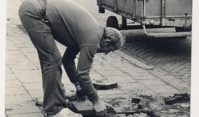 Stratenmaker C. Backx, jaren 50, in Breda aan het werk