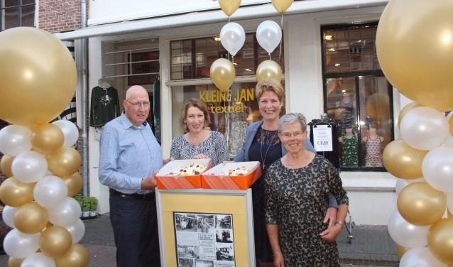 Bij het openen van de winkel afgelopen zaterdag was het direct feest: ballonnen voor de deur, taart, bloemen van collega-ondernemers en felicitaties van klanten. (Foto: Lysette Verwegen)