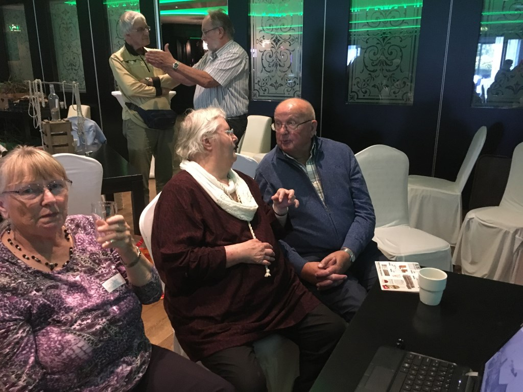 Mevrouw Van der Veer en meneer Van den Bosch wisselden tijdens de middag ervaringen uit.  © Persgroep