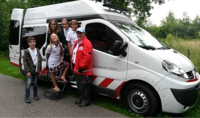 de jeugdgroep helpt mee tijdens de avond 4 daagse in Oisterwijk