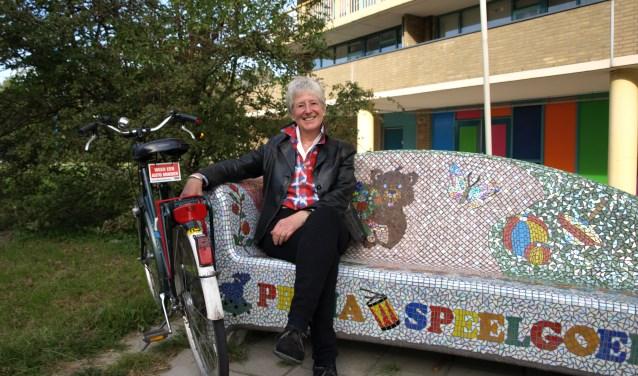 Jose Bontje woont al 41 jaar in Zoetermeer en heeft zorg voor haar buurt. Onlangs zorgde zij (met heel veel steun) voor een ballon vrij Zoetermeer. Tekst bordje fiets: 'weer een auto minder'.  Foto Simone Langeveld