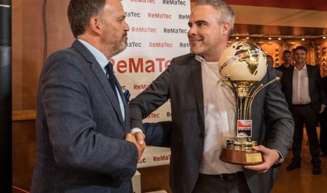 Een blije Thijs Jasink heeft de bijbehorende bokaal in ontvangst genomen.