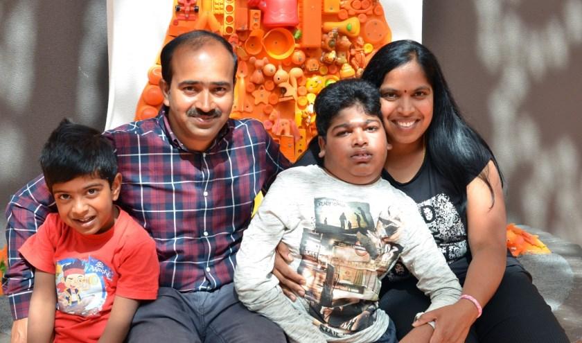 Vlnr: Sudeep, vader Prasad, Yasho en moeder Lakshmi. (Foto: priveverzameling).