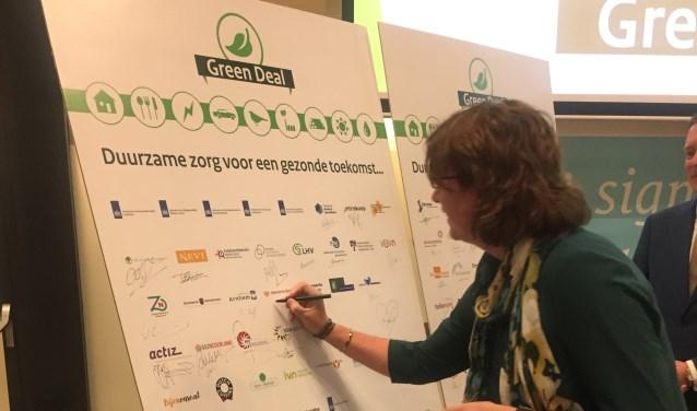 De tweede landelijke Green Deal zorg 2018-2020 is 10 oktober namens de gemeente Breda ondertekend door de wethouder Miriam Haagh.