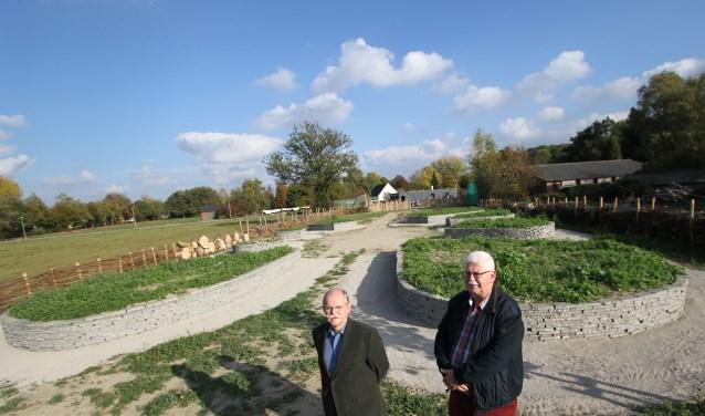 Leo Hendriks (links) en Tjeerd Mulder bij de belevingstuin in aanleg. FOTO: Ad Adriaans.