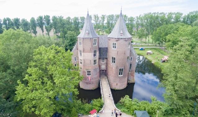 De gids neemt de kinderen en hun (groot)ouders mee en samen dwalen ze door het kasteel. Zelfs helemaal tot bovenin.