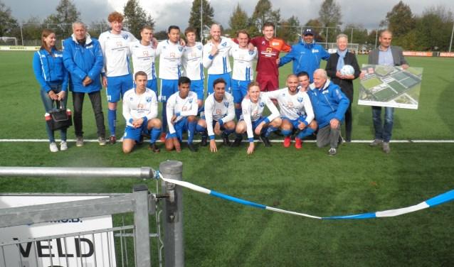 Spelers van BVCB 2 poseren met wethouder Ankie van Tatenhove en voorzitter Andy Bezem (r) op het nieuwe veld. Foto: Kees van Rongen
