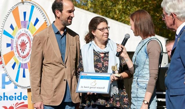 Angelique Schets uit Sint-Michielsgestel heeft vorige week de Gouden Duim van de Provincie Noord-Brabant ontvangen. De Gestelse kreeg de 'analoge duim' uit handen van gedeputeerde Henri Swinkels.