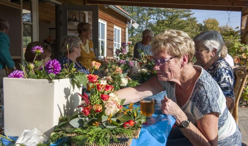 Aan het bloemschikken bij De Minkhof beleven de bezoekers veel plezier. De voorziening voorziet in een behoefte. (foto: Ellen Koelewijn)
