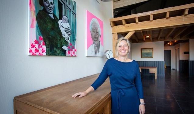 Eigenaresse Hellen Junggeburth-van Rooij in de centrale hal met links van haar de twee prachtige portretten. Foto: Yuri Floris Fotografie