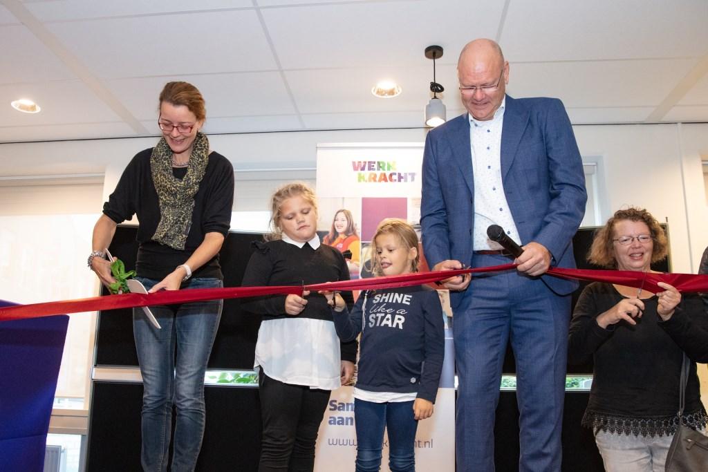 Wethouder Hester Veltman en directeur Bor Veen verrichten de officiële opening Fotostudio Albert © Persgroep