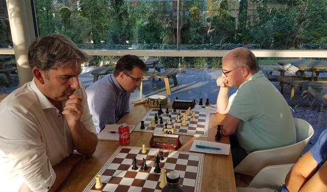 Bert Torn (voorgrond) wist een lastig eindspel te winnen. Otto Wilgenhof (r) zorgde tegen Fred Jonker voor de winst van ASV.