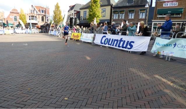 Knappe prestatie van Martijn Oonk die als eerste de finish op de Groote Markt bereikte. Daarmee won hij de 10 kilometer.