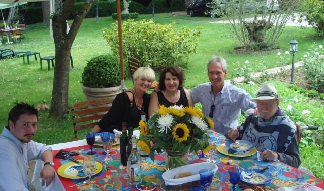 Corneille (rechts) tijdens zijn op één na laatste verjaardag in de tuin van zijn huis in Frankrijk. Op de foto, v.l.n.r.: Corneille 's zoon Dimitri, Hilly Hiltermann, Corneille 's vrouw Natasja en Boudewijn Hiltermann.