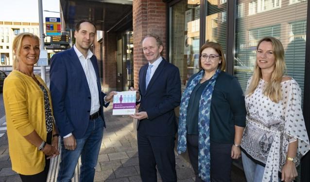 Wethouder Marten Japenga overhandigde de officiële erkenning (Foto Gem.Ridderkerk)