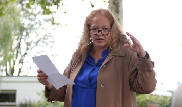 Bennekom, Elterse Hof: Larissa Verhoeff draagt haar gedicht voor: 'Ontmoet de Amberboom'. (Foto: Peter Michielsen)