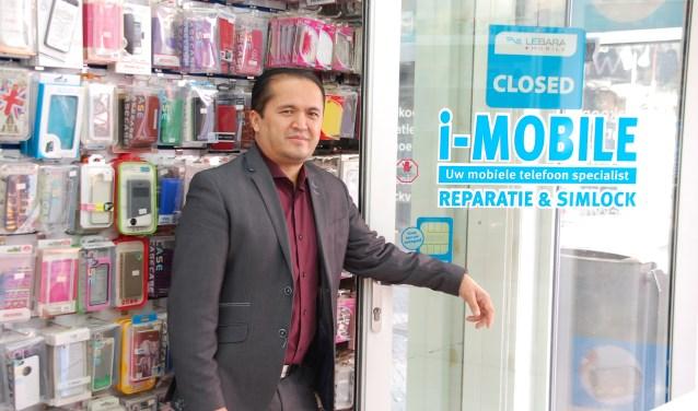 Safauddin Safa is sinds tien jaar eigenaar van I-Mobile aan het Maandereind.