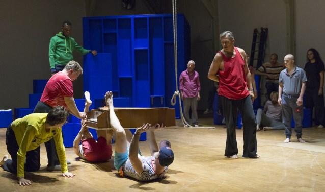 Piazza Della Vita is een voorstelling over het leven, geschreven voor niet minder dan 36 acteurs! (foto: Carel van Hees)